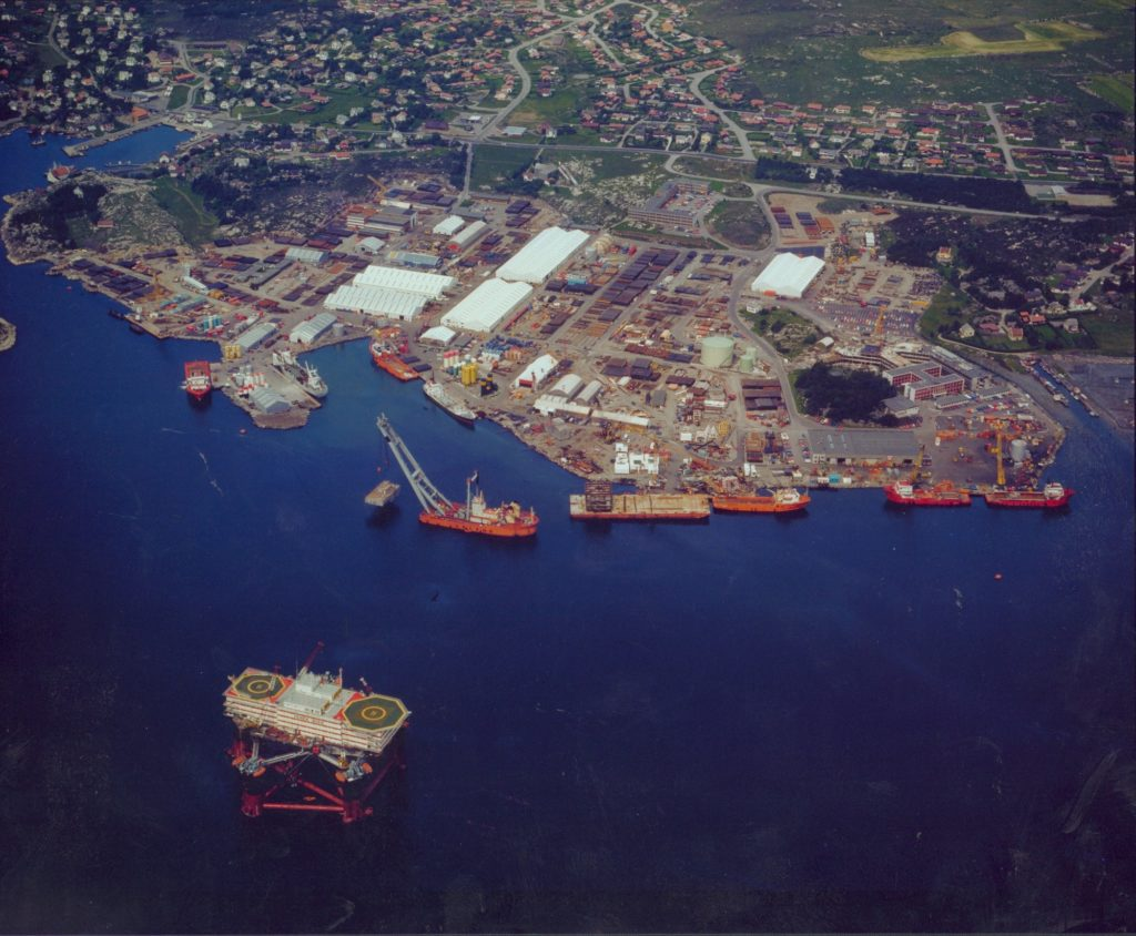 Løfteskipet Uglen i aksjon ved Norscobasen i juli 1980. Foto: NOM/Norsk Fly og Flyfoto
